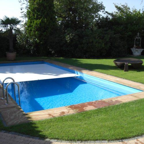 Gartenpool mit halb geschlossener Abdeckung