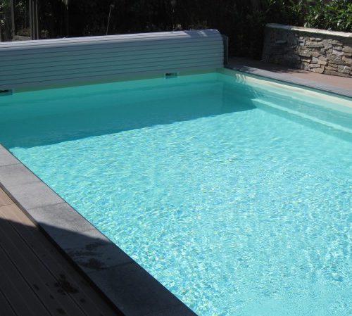 Pool in der Sonne mit offener Abdeckung