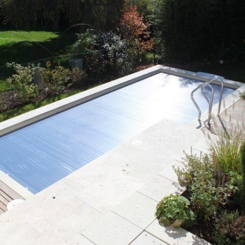 Pool im Garten mit geschlossener Abdeckung