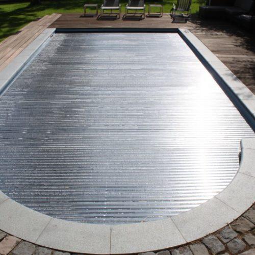 Pool mit geschlossener Metall Abdeckung