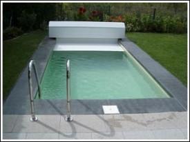 Dunkler Pool mit offener Abdeckung