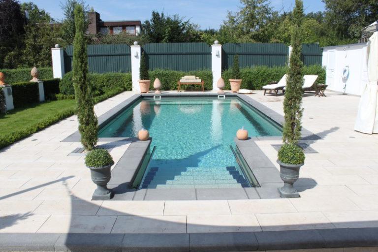 Luxuriöses Schwimmbad umrahmt von Zypressen