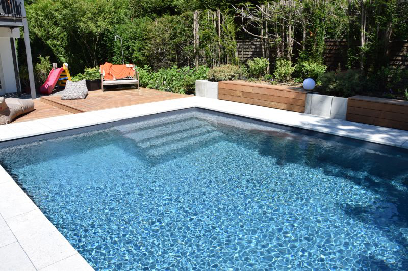 Wasser im Pool schimmert im Sonnenlicht