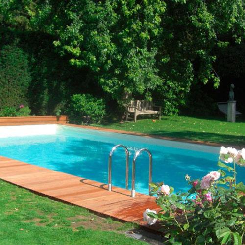 Schwimmbad im Garten mit Holzsteg