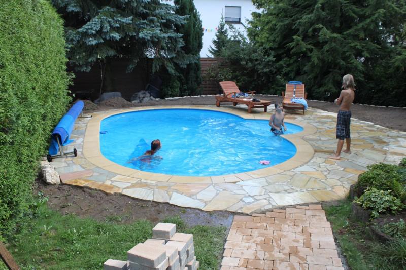 Kinder schwimmen im Schwimmbad von Pro Pool