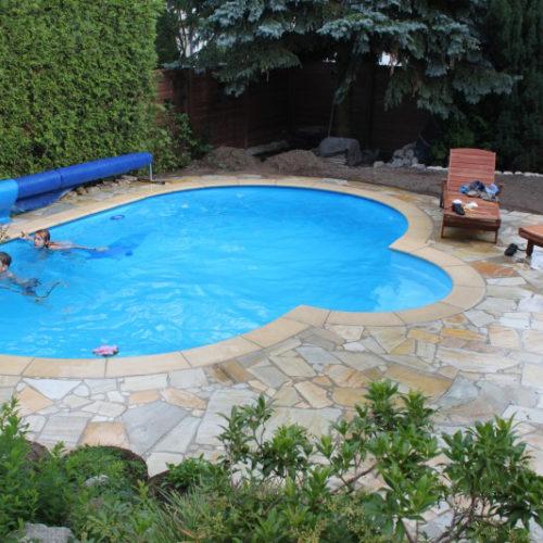Kinder schwimmen im Swimmingpool