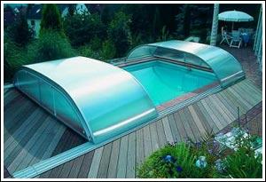Pool mit offener Schiebehallen Abdeckung