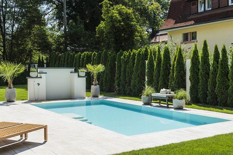 Pool in der Sonne mit Liegen daneben