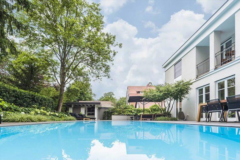 Großes Pool Becken neben einem Haus