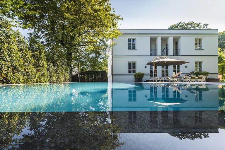 großer Pool mit Marmor Beckenrand