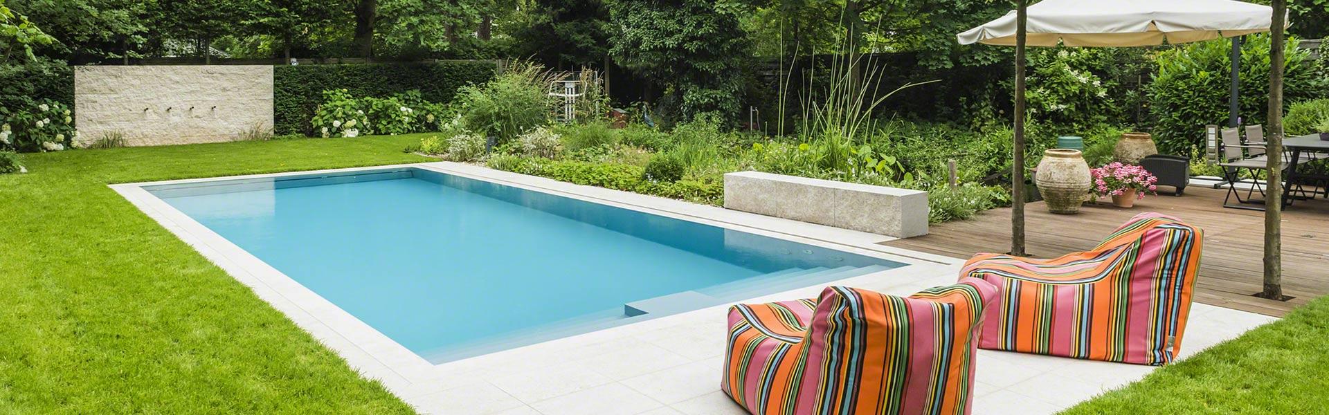 Pool im Garten mit Sitzkissen daneben