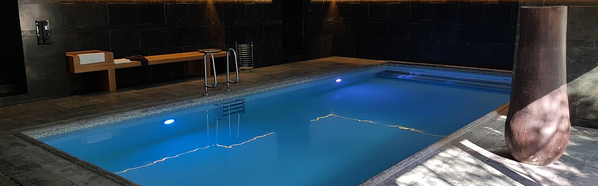 Wellness Pool im Dunkeln