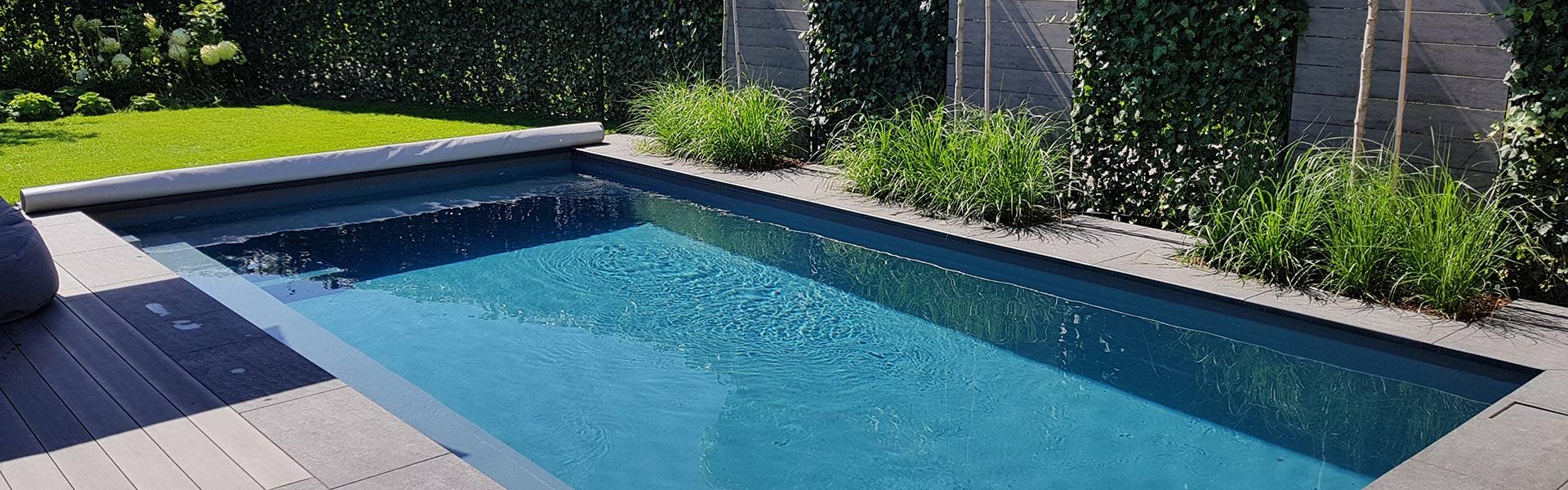 Pool im Garten mit offener Abdeckung