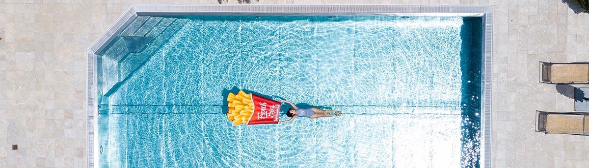Frau schwimmt in Edelstahl-Poolbecken