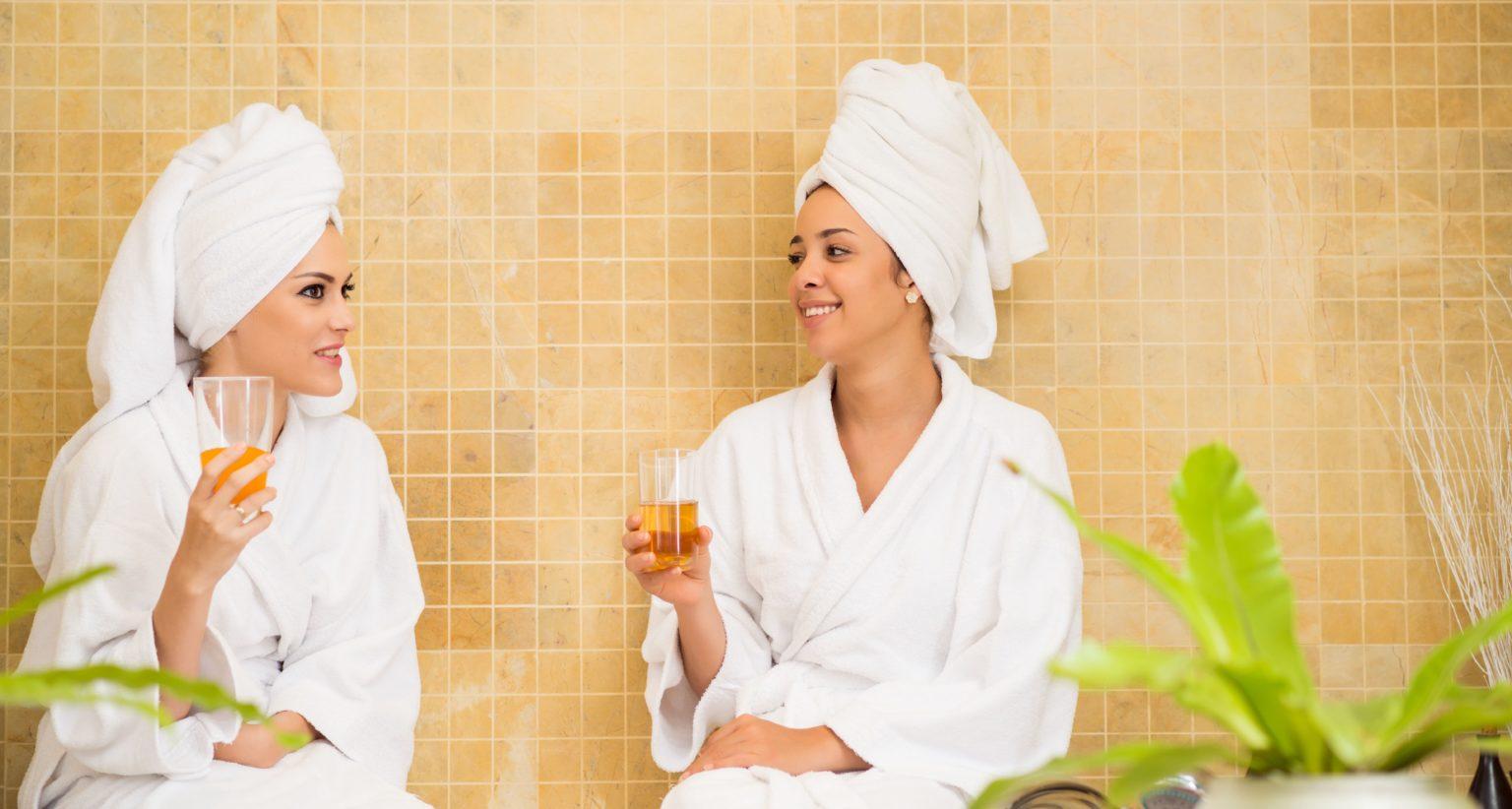 Frauen trinken etwas nach der Sauna.