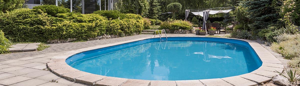 Ovaler Pool in einem Garten
