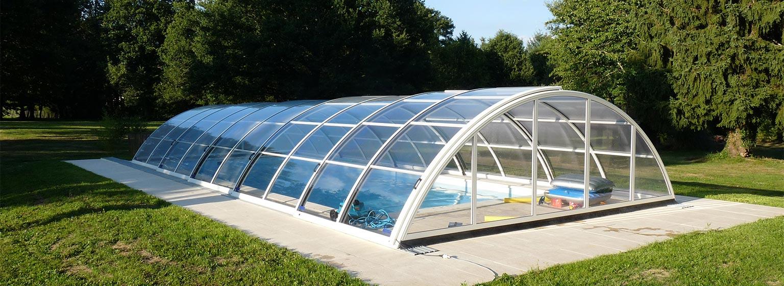 Pool im Garten mit Schiebehalle.
