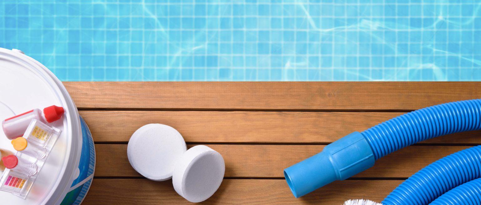 Reinigungsmittel am Poolrand.