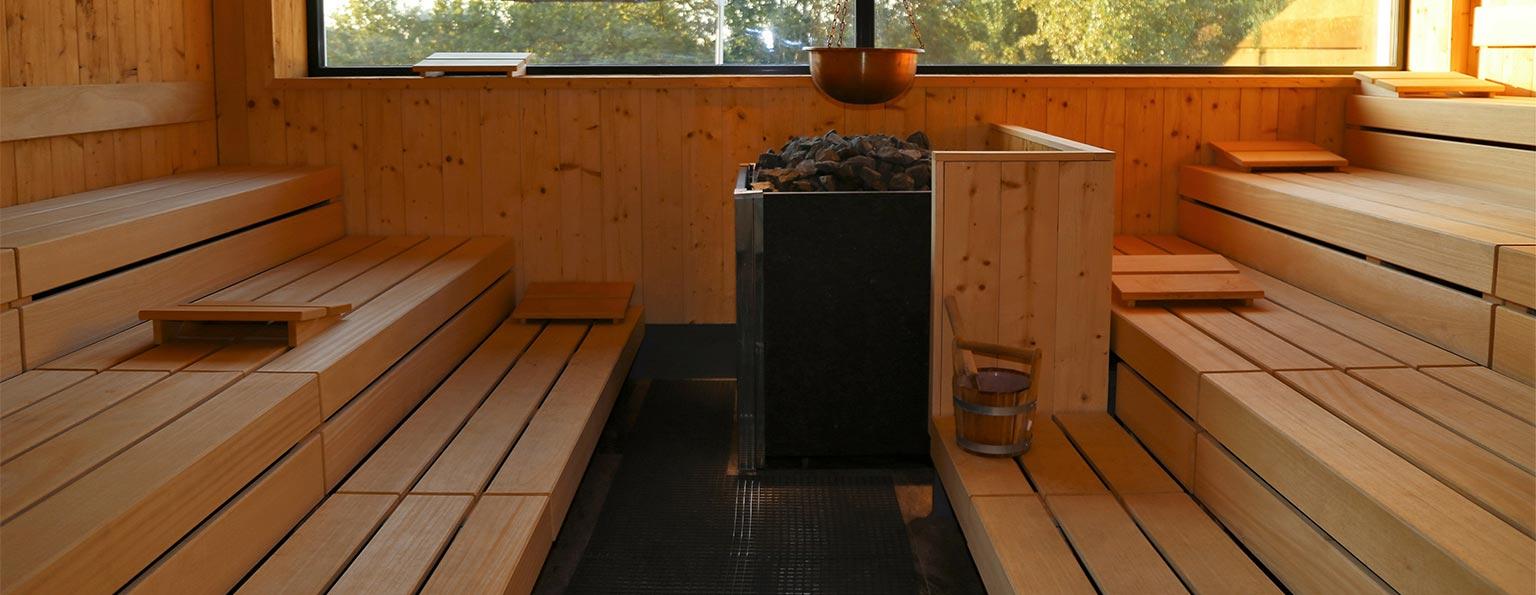 Ofen in einer großen Sauna.