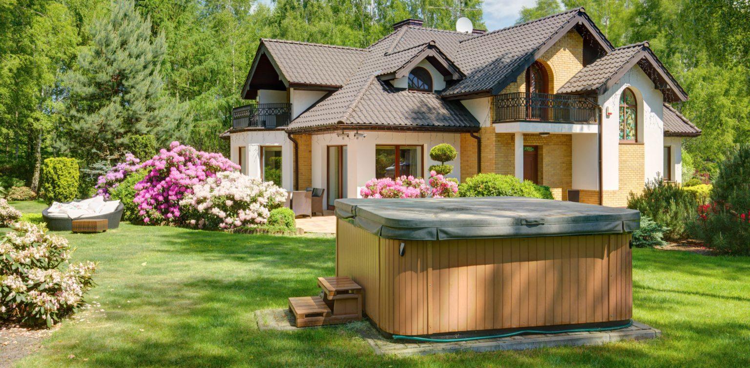 Whirlpool außen im Garten.